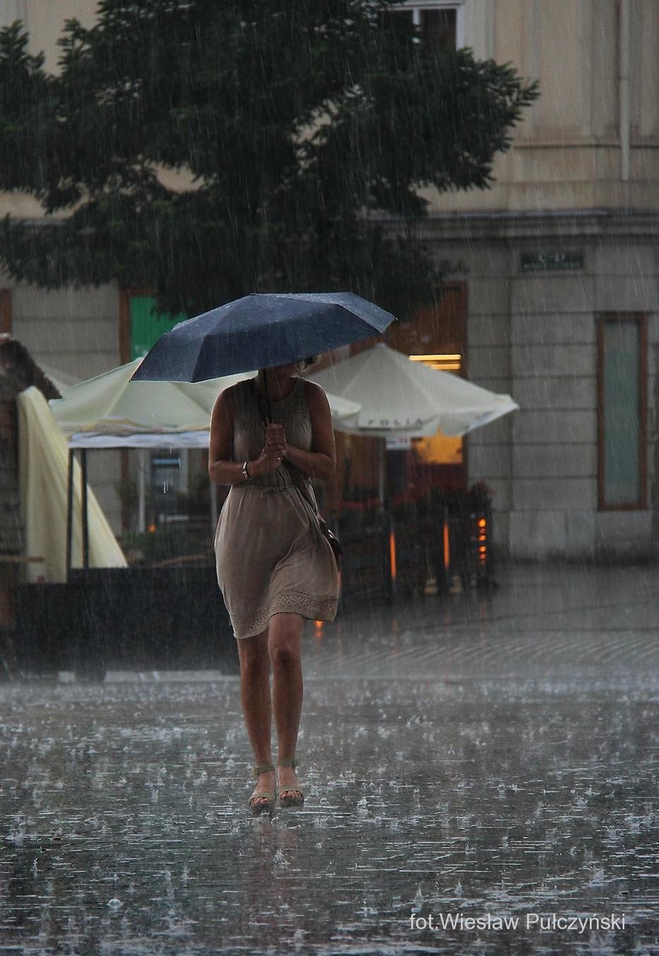 Kraków street photo...dziewczyna w deszczu